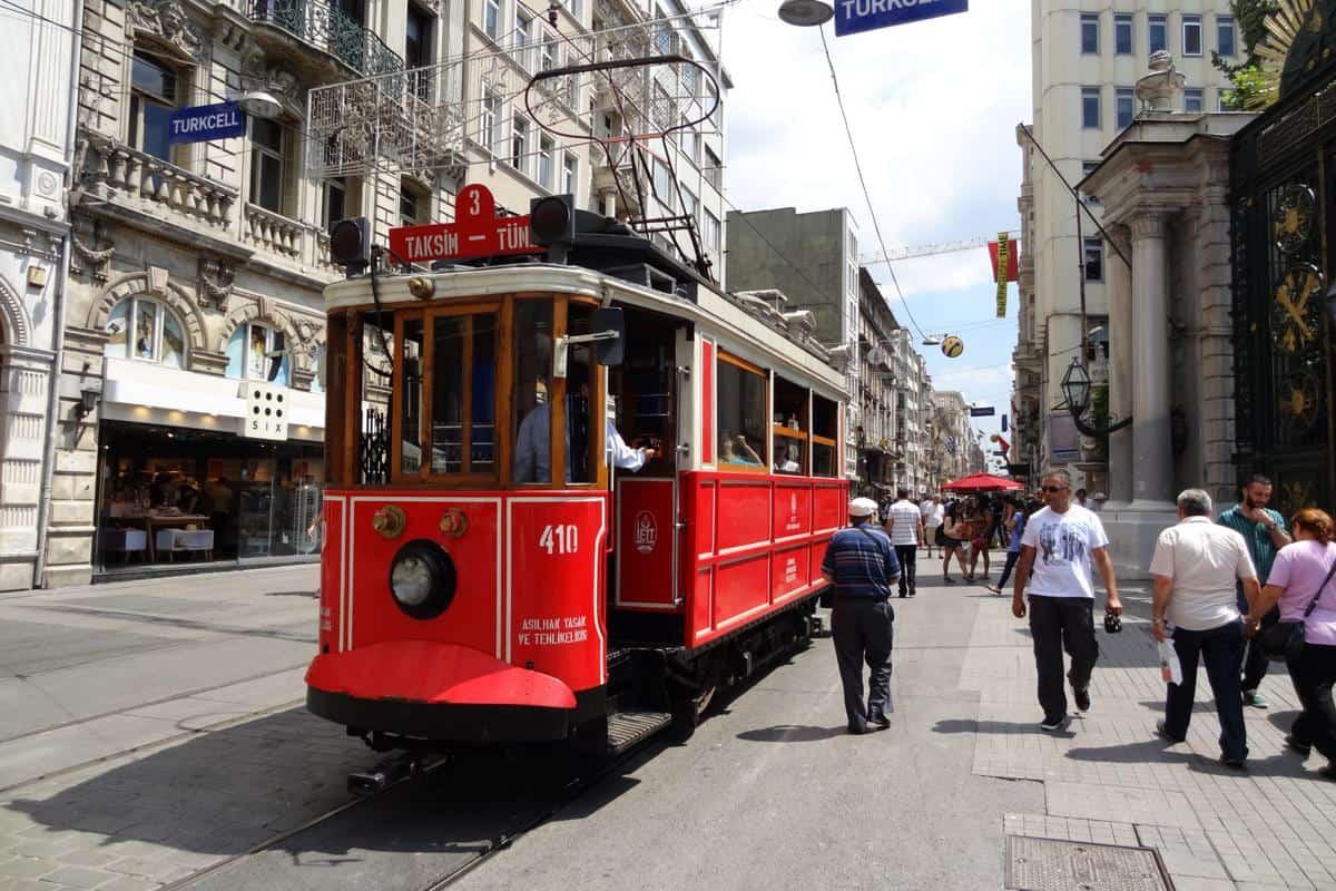 Historische Straßenbahn in der İstiklal Caddesi