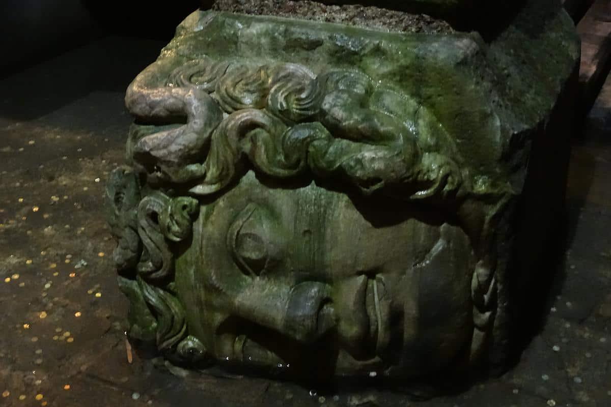 Querliegende Medusa in der Yerebatan-Zisterne