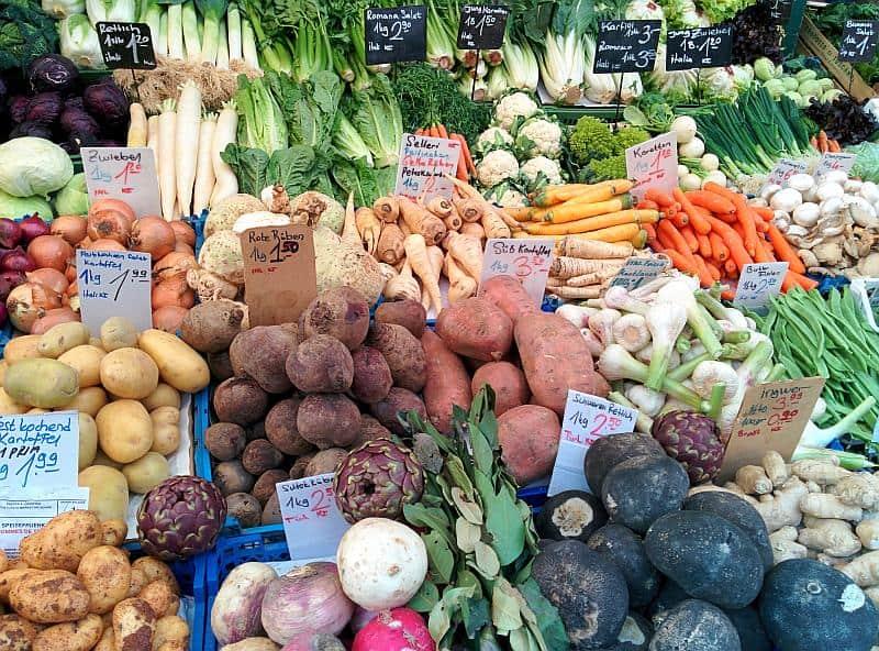 Gemüsestand auf dem Naschmarkt in Wien