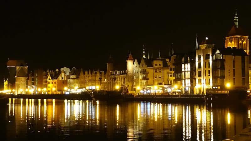 Uferpromenade bei Nacht