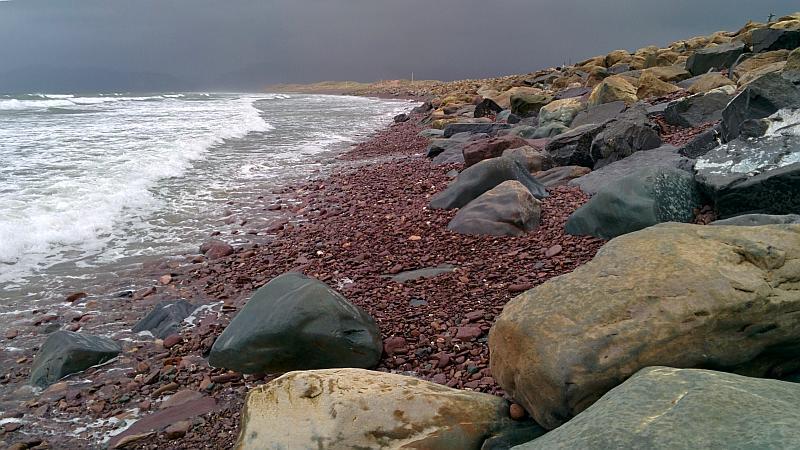 Rote Steine am Rossbeigh Beach
