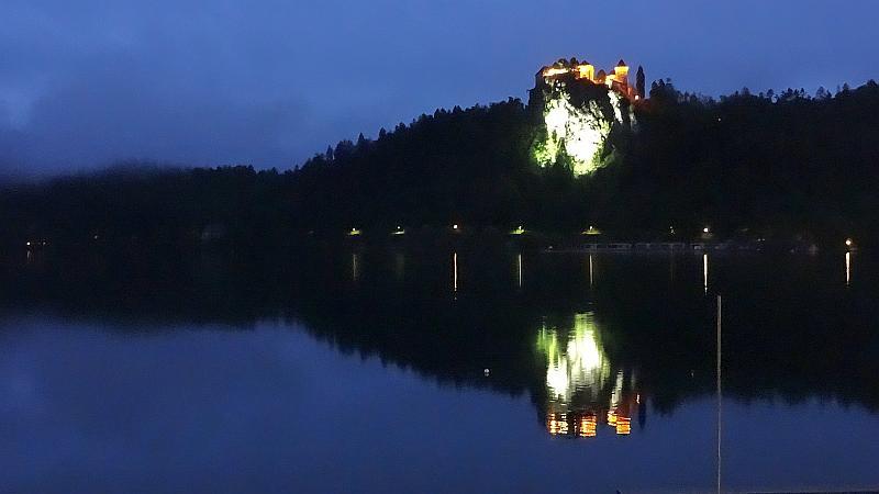 Blick auf die Bleder Burg bei Nacht
