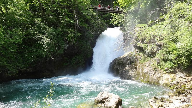 Šum-Wasserfall am Ende der Klamm