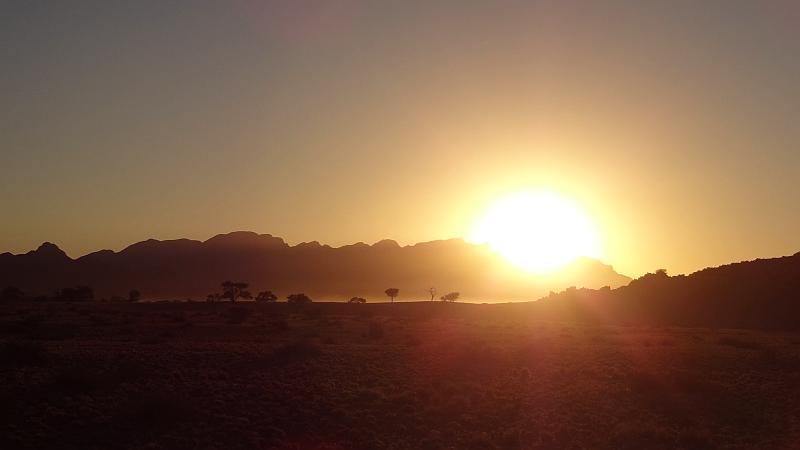 Sonnenaufgang über der Namib-Wüste