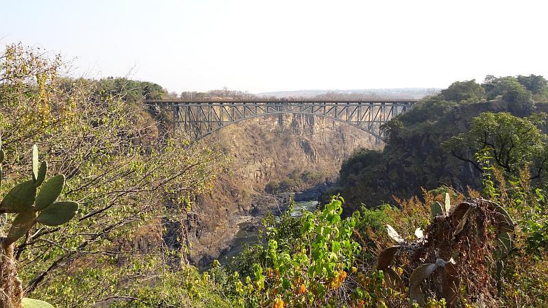 Blick auf die Victoria Falls Bridge von den Victoria-Fällen