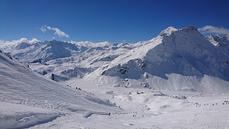 Schwarze Piste mit Aussicht in Warth - Ski Arlberg