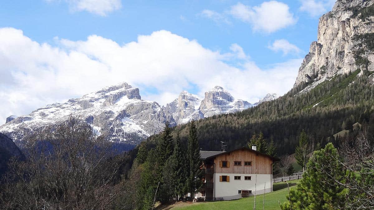 Bauernhof - Frühling in den Dolomiten