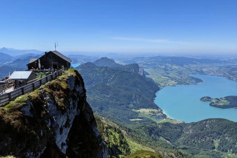 Schutzhaus Himmelspforte mit Mondsee im Hintergrund