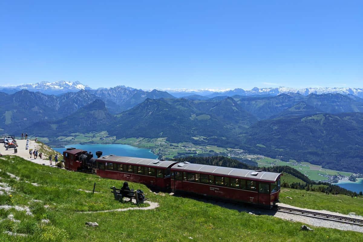 Ein Zug der Schafbergbahn über dem Wolfgangsee
