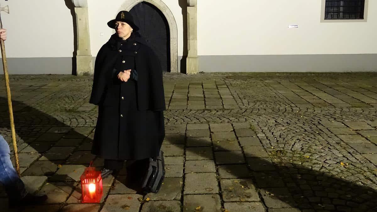Nachtwächterin Ursula führt durch Wels
