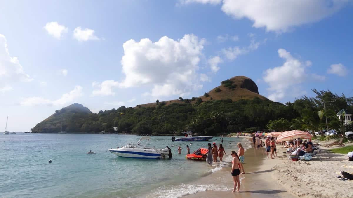 Voller Strand auf Pigeon Island