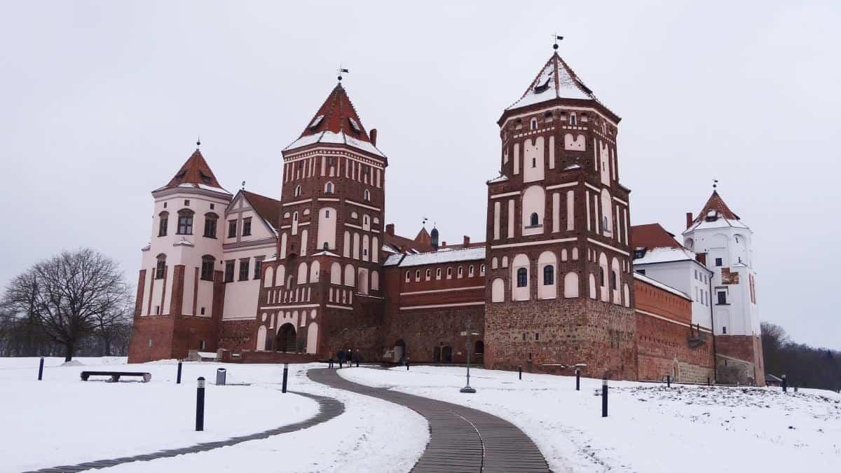 Schloss Mir von außen