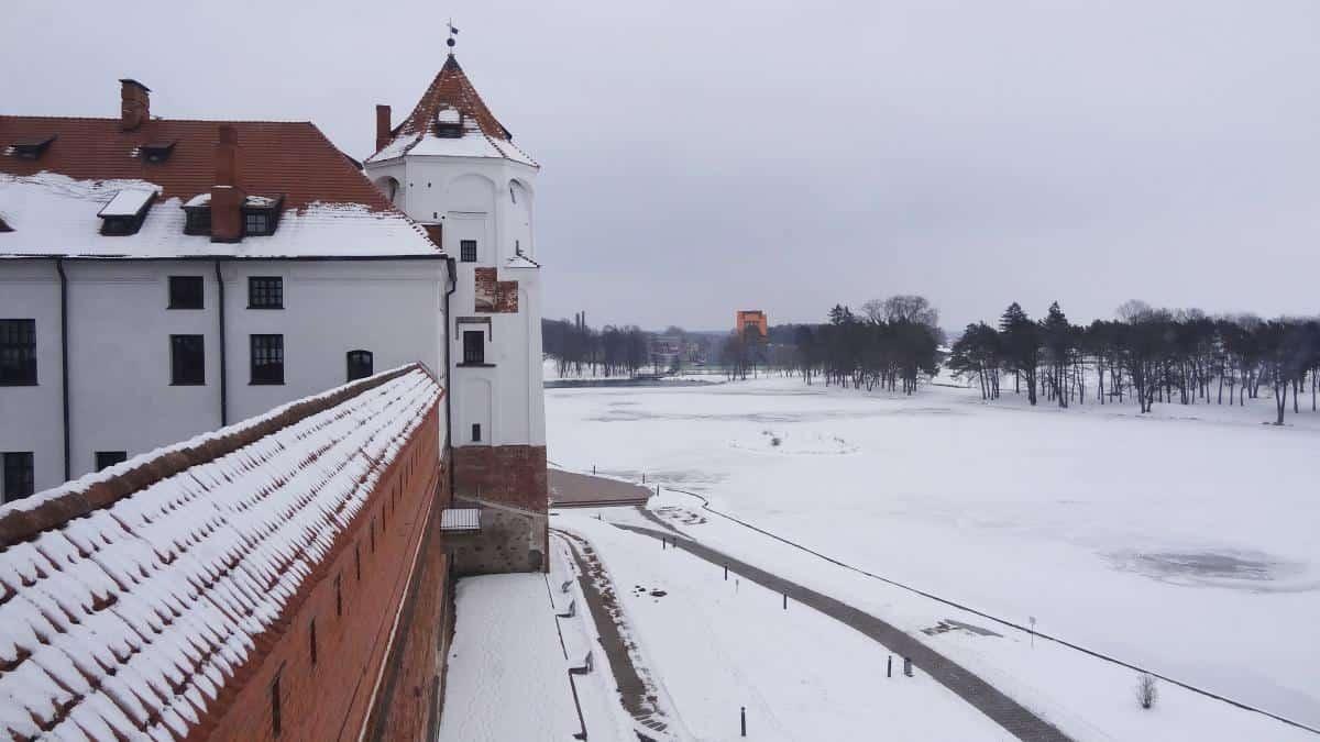 Blick über Schloss Mir und den See