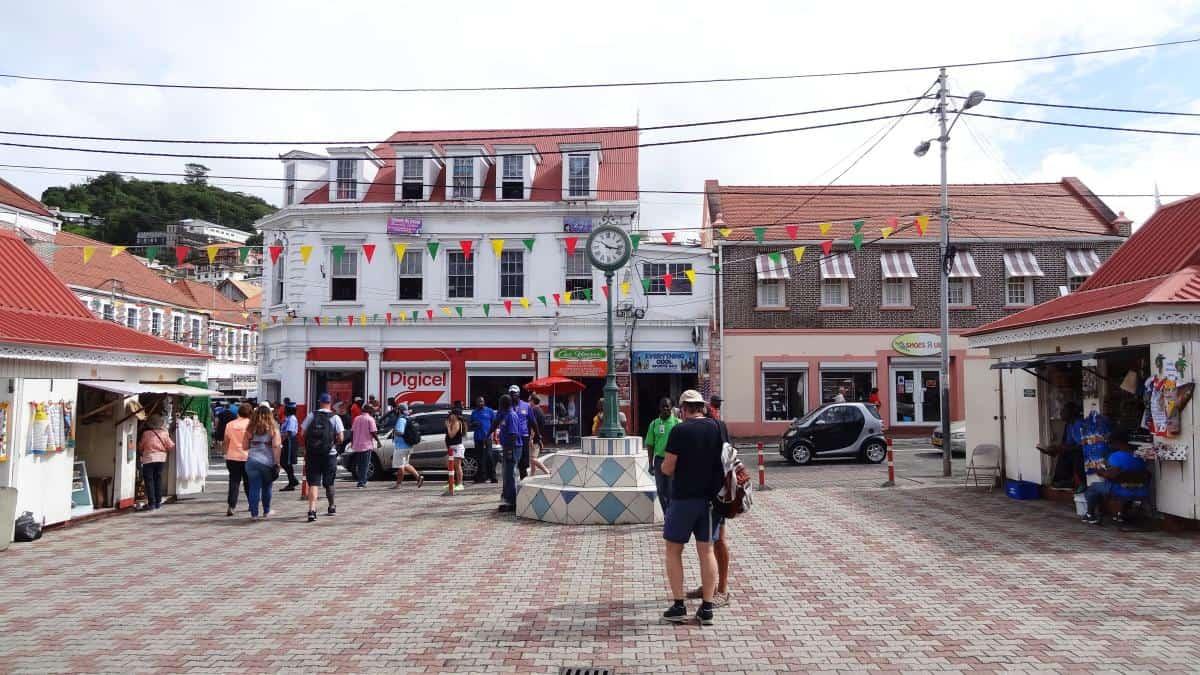 Platz mit Uhr an der Melville Street, St. George's, Grenada