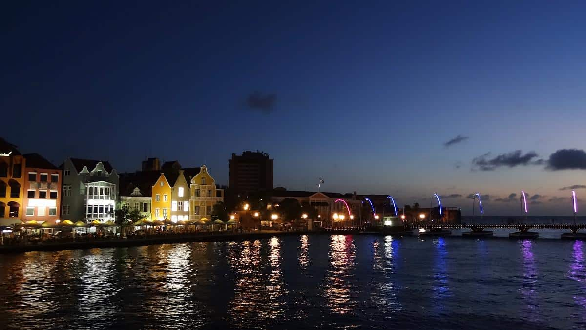 Nächtlicher Blick auf die Handelskade und die Königin-Emma-Brücke