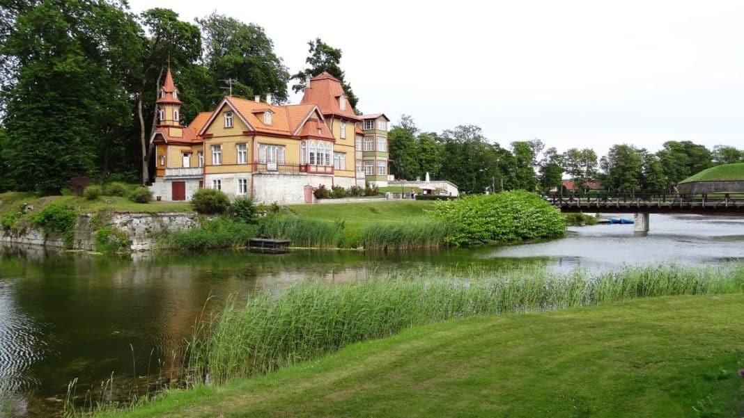 Holzvilla, Kuressaare, Saaremaa, Estland - Sommer in Estland
