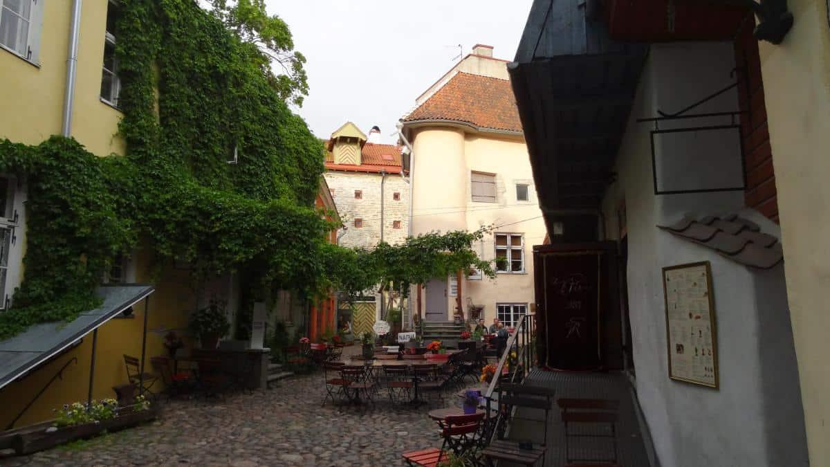 Innenhof an der Stadtmauer in Tallinn