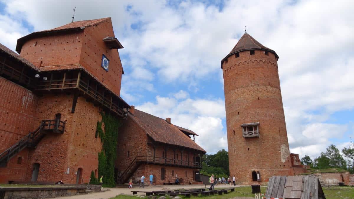 Burghof der Burg Turaida im Gauja-Nationalpark