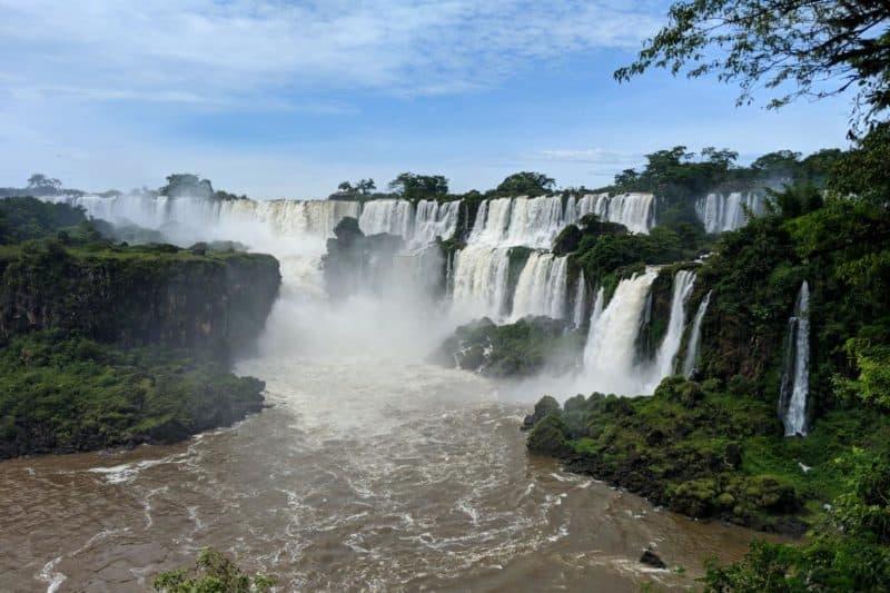 Aussicht auf die Iguazu-Fälle vom Circuito Inferior