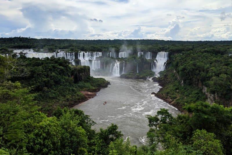 Erster Blick auf die Iguazu-Wasserfälle in Brasilien