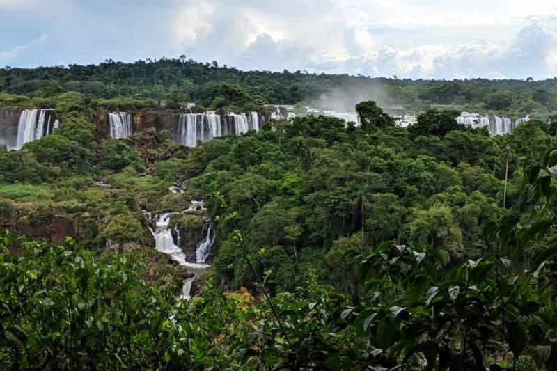 Wasserfälle versteckt hinter einer Insel