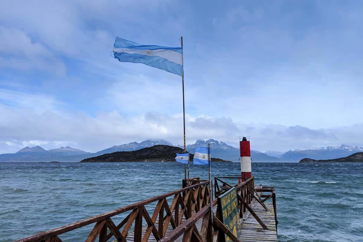 Steg im Tierra-del-Fuego-Nationalpark mit Blick auf die chilenischen Inseln