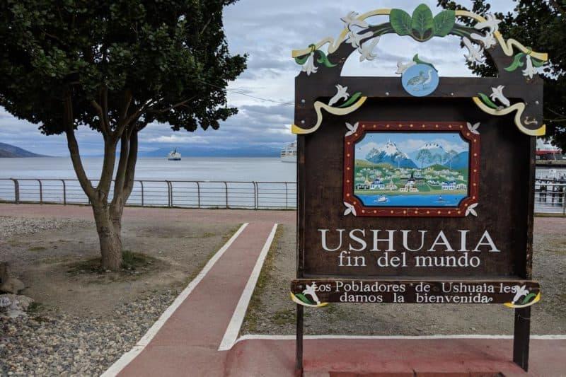 """Schild mit der Aufschrift """"Ushuaia - Das Ende der Welt"""""""