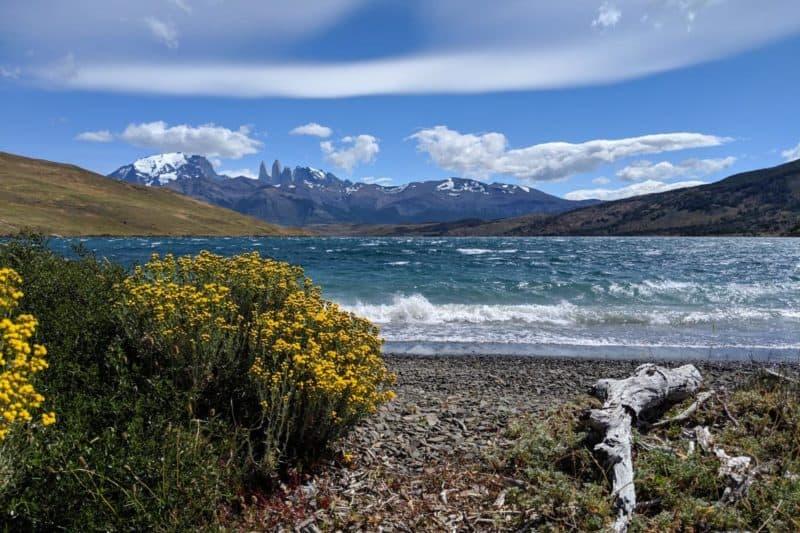 Blick auf die Torres del Paine hinter der Laguna Azul