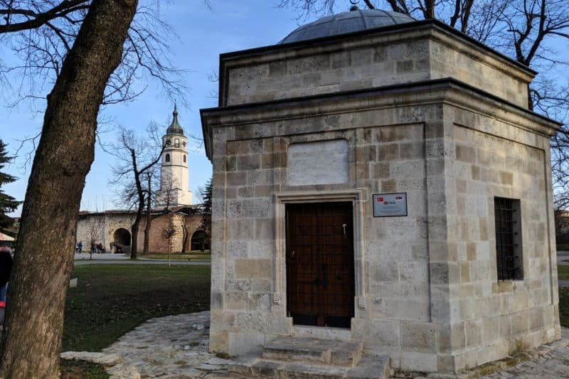 Türkisches Mausoleum und habsburgischer Uhrturm