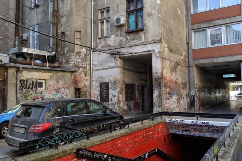 Heruntergekommener Hinterhof in Belgrad