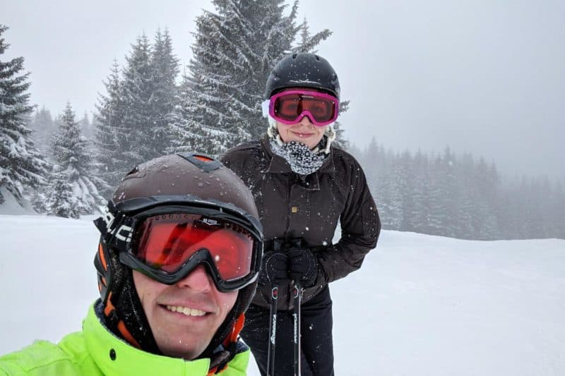 Wolfgang und Jessica auf der verschneiten Piste