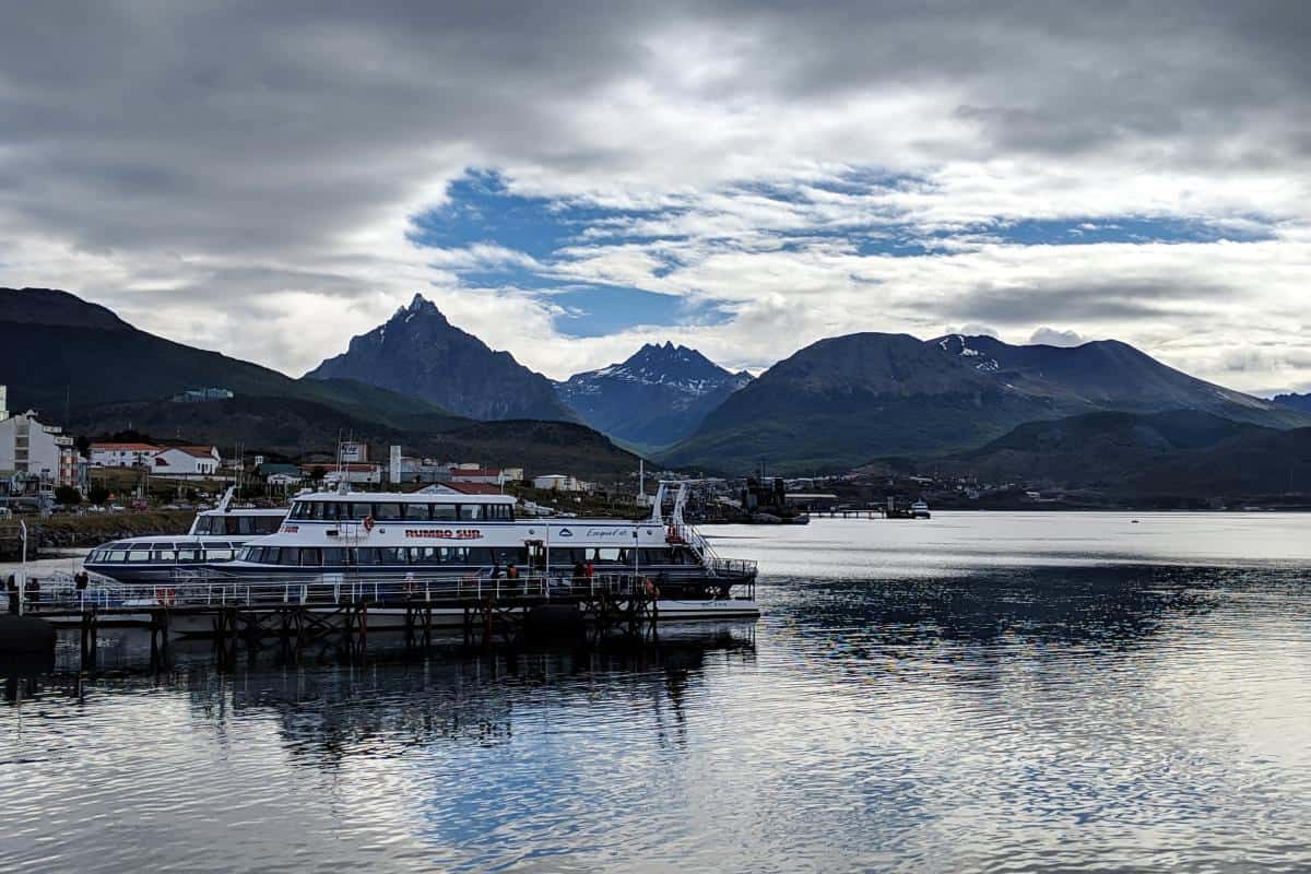 Hafen von Ushuaia mit Bergen im Hintergrund