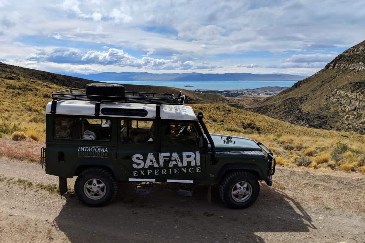 Jeep vor dem Lago Argentino und El Calafate