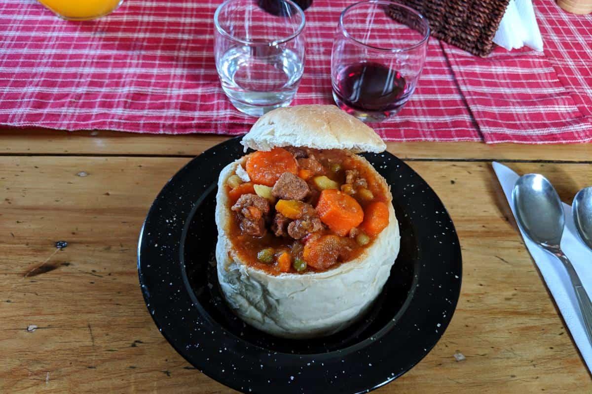 Lammeintopf im Brot