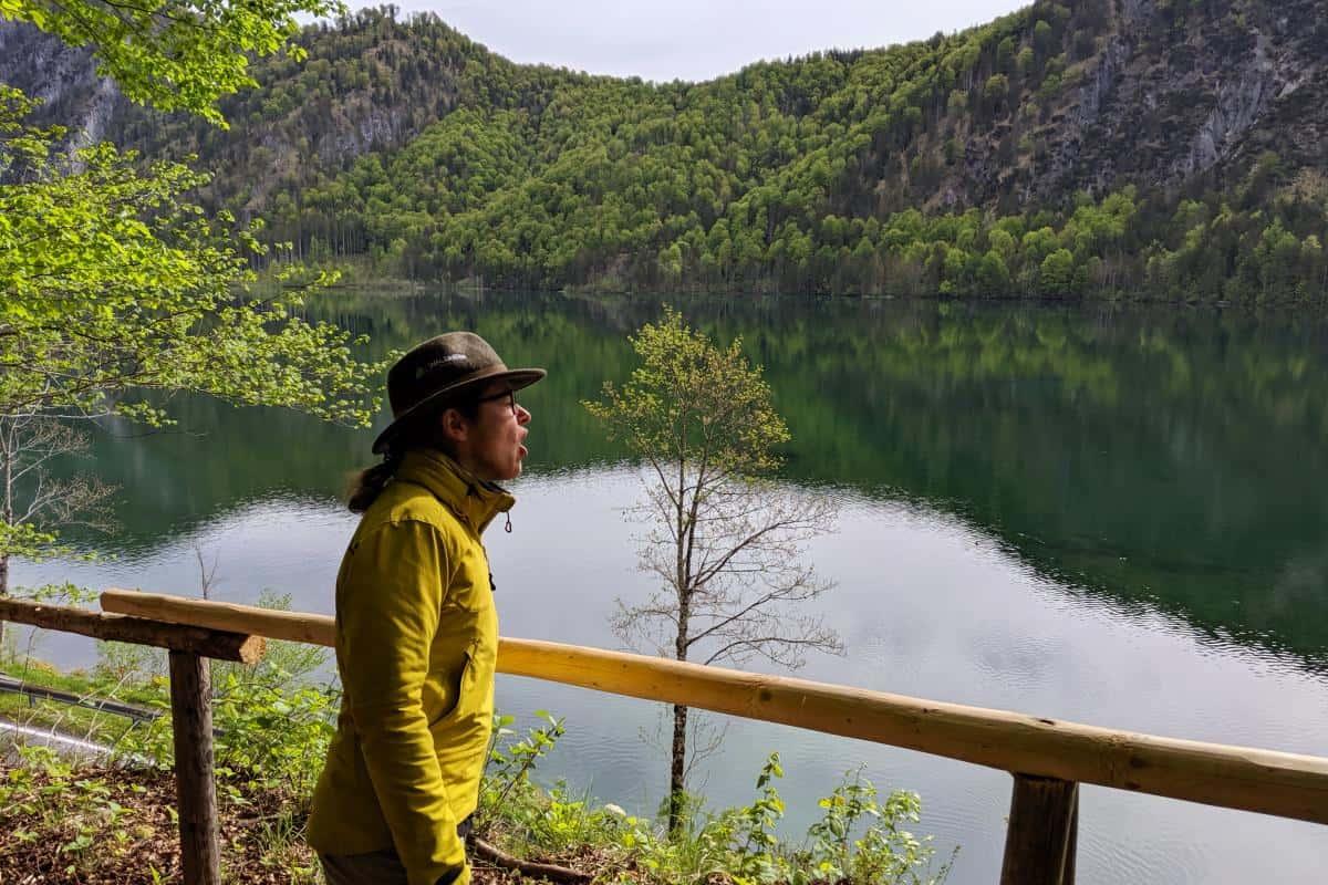 Sabina juchzt über den Almsee