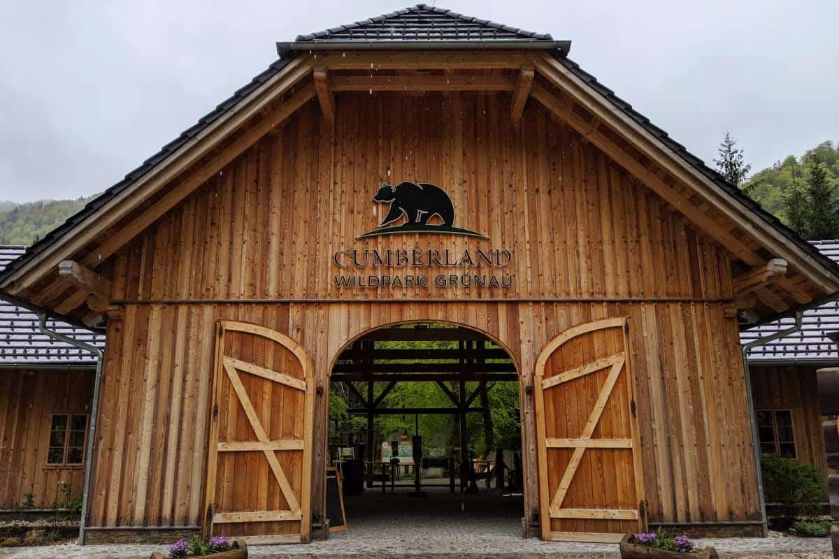 Das Eingangsportal des Cumberland Wildpark Grünau - ein Kooperationspartner von Waldness