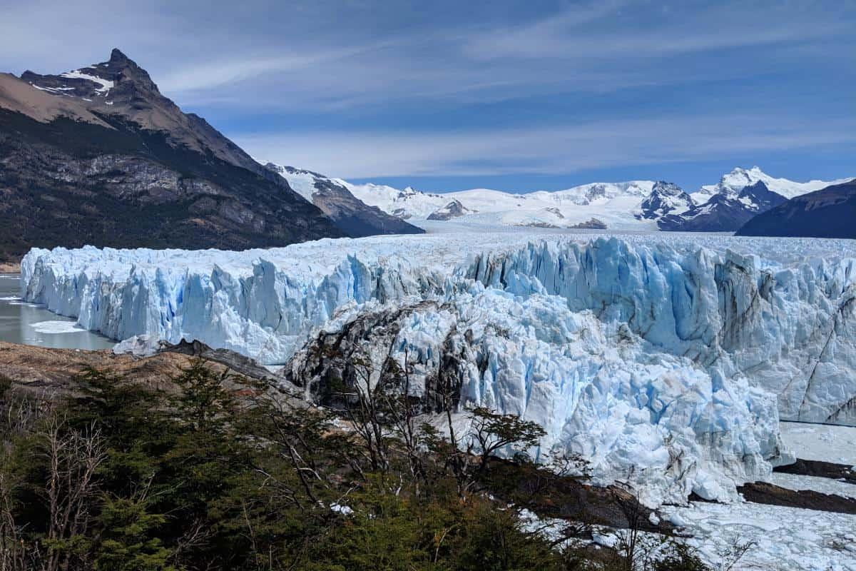 Die Eisbrücke des Perito-Moreno-Gletschers von der Seite gesehen