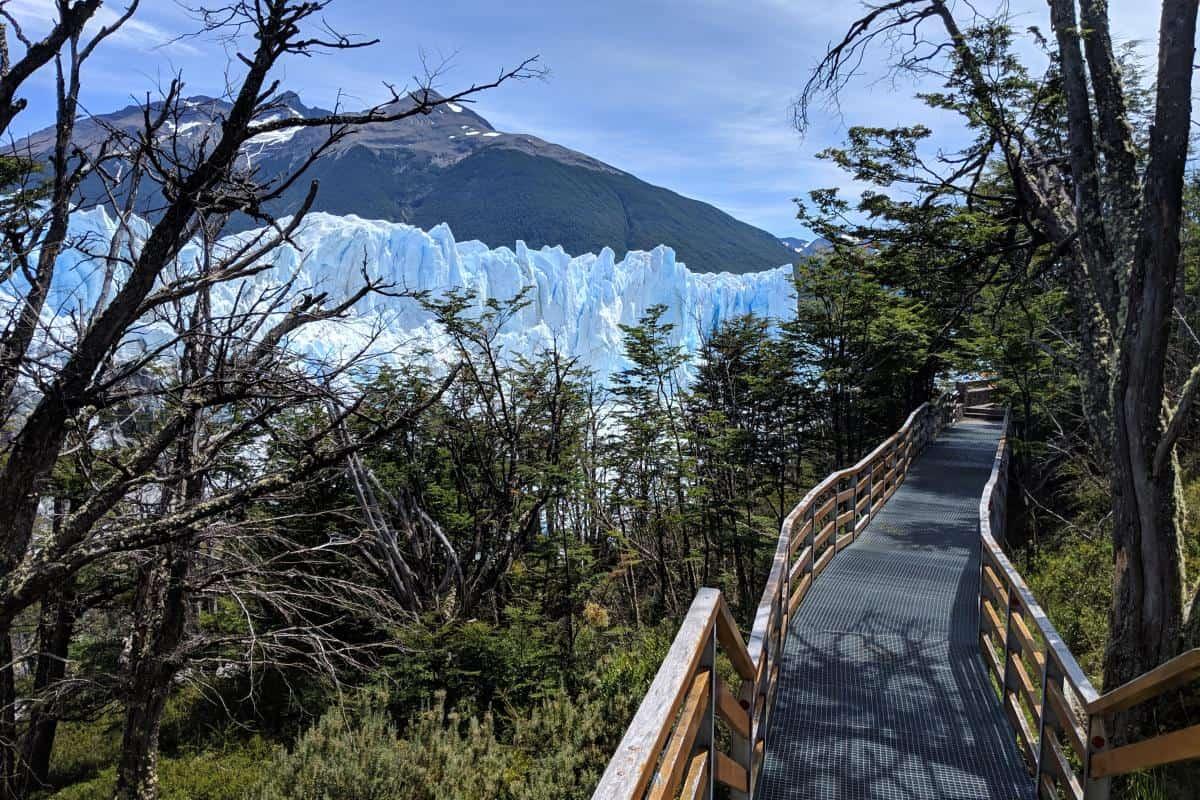 Metallsteg vor der Gletscherwand des Perito-Moreno-Gletschers