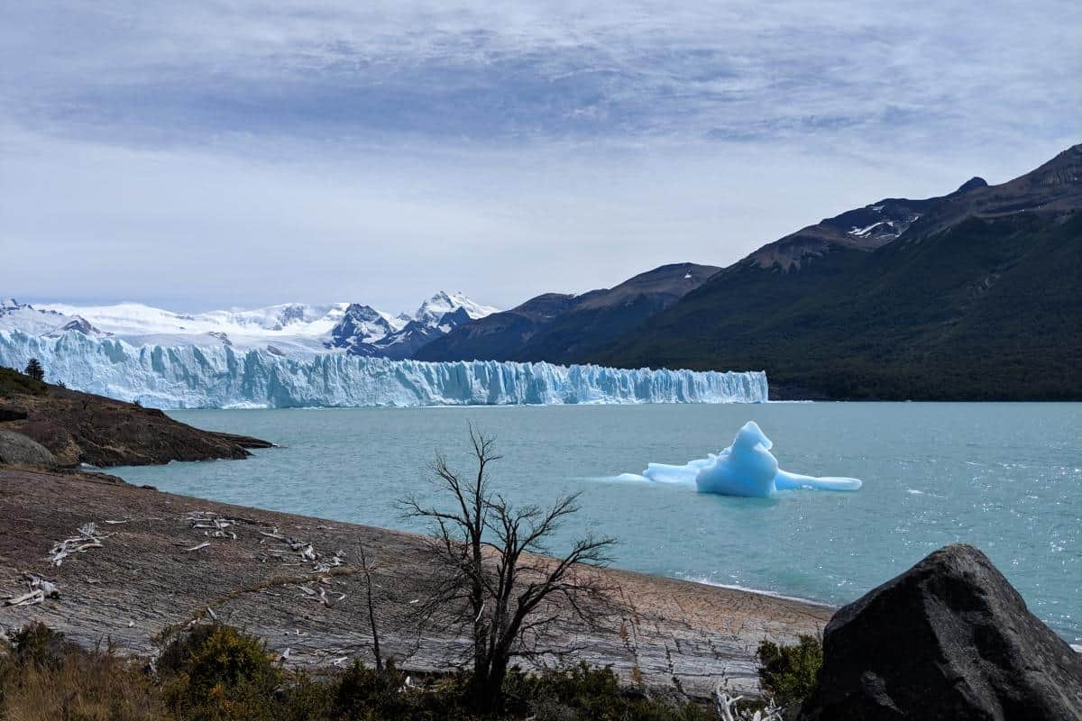 Eisberg am Seeufer vor der Abbruchkante des Perito-Moreno-Gletschers