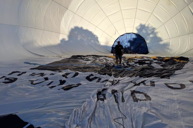 Ballonpilot in der Hülle während den Vorbereitungen.
