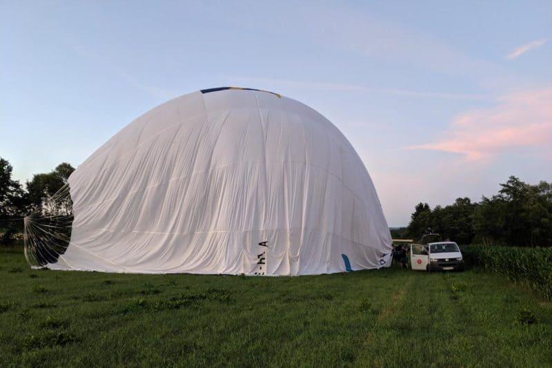 Ballon liegt am Boden und wird langsam geleert
