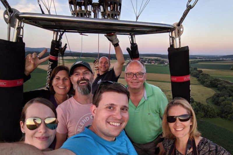 Bloggergruppe im Heißluftballon