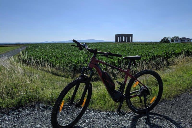 Landschaft rund um Bad Tatzmannsdorf mit E-Bike im Vordergrund