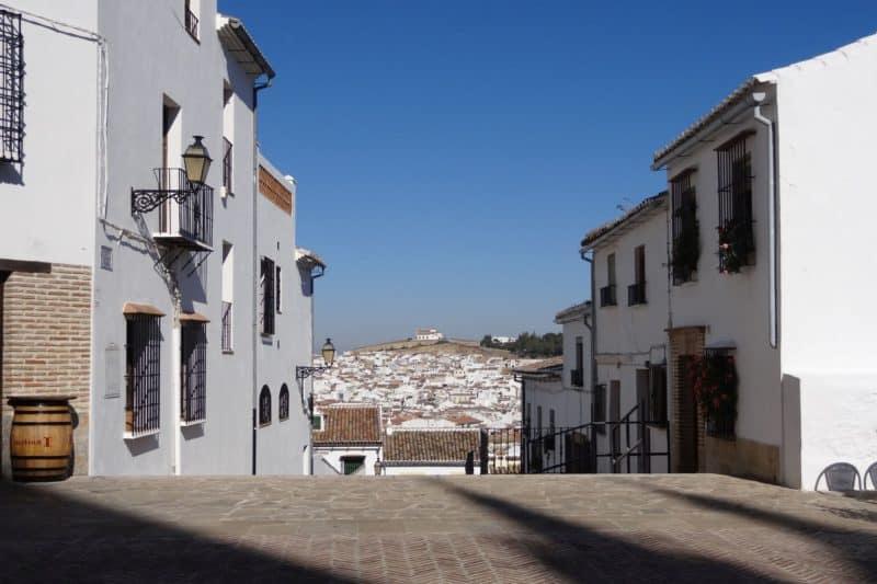 Malerischer Ausblick von der Plaza de Santa Maria in Antequera, Andalusien