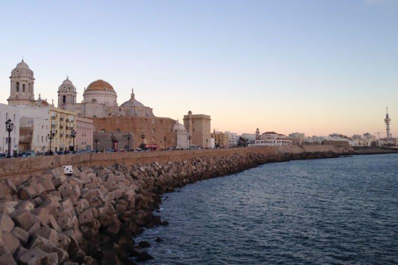 Blick auf Cádiz bei Sonnenuntergang, Andalusien