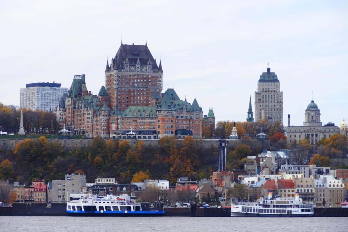 Blick auf das Château Frontenac und die Unterstadt von Québec City