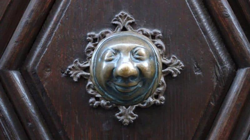 Türknauf in Form einer alten Frau, das sogenannte Apfelweibla
