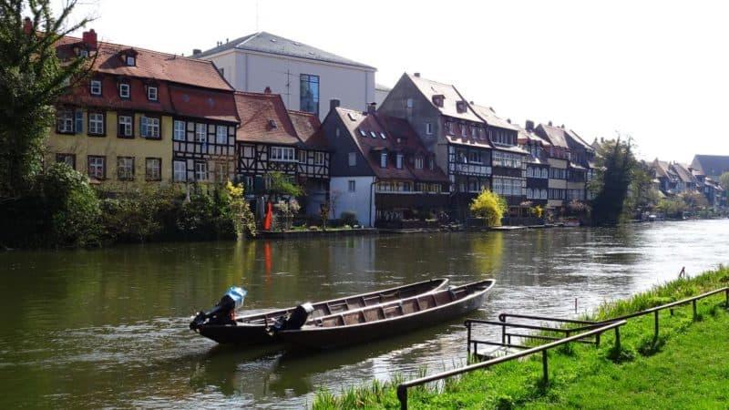 Blick auf die Fachwerkfassaden von Klein Venedig mit Booten im Vordergrund