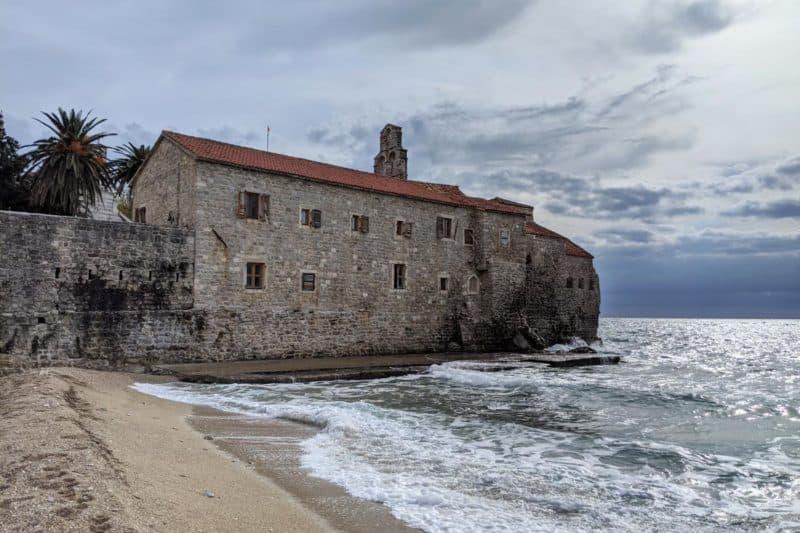 Altstadtstrand mit Festung in Budva, Montenegro