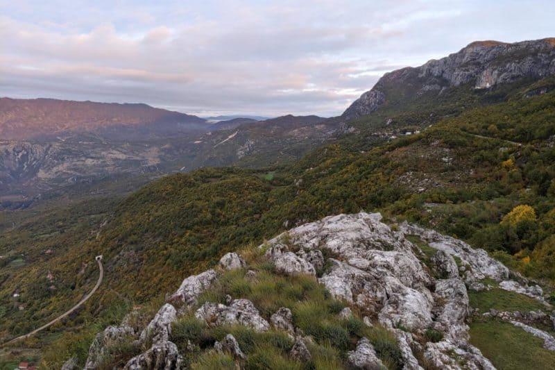 Blick über Gebirge und Hochebene in Montenegro